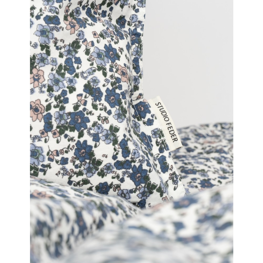 StudioFedersengestvoksenstrrelserFloralBlue-01